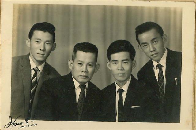 林茂松(右2)與父親、弟弟合影。(明林蕾絲提供)