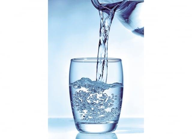 尿路結石與飲食習慣密切相關,一定要少鹽低鈉,每日飲水量要達到2千c.c.,使尿液稀釋。(Fotolia_)