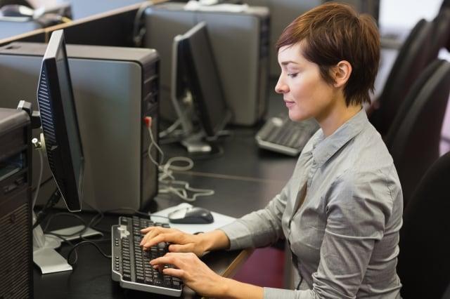 坐著時請調整背部肌肉,臀部坐正,感到身體重量放在坐骨上。(Shutterstock)