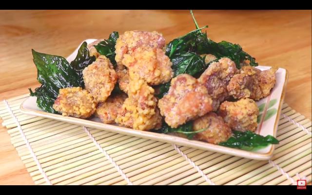 台灣鹹酥雞的味道層次更豐富,吃起來有鹹味、蒜味和微微的辣味。一起看看這道街頭小吃美味的祕密吧!(攝影/Cici)