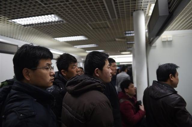 經濟下行,中國高科技公司頻傳裁員。圖為北京一就業市場的找工作的工人。(AFP)