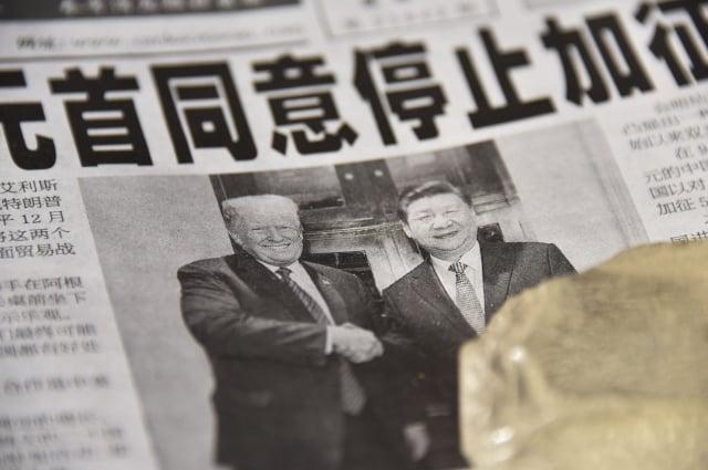 圖為2018年12月3日北京媒體對美國總統川普(特朗普)與中國國家主席習近平在G20期間會晤的頭版報導。(GREG BAKER/AFP/Getty Images)