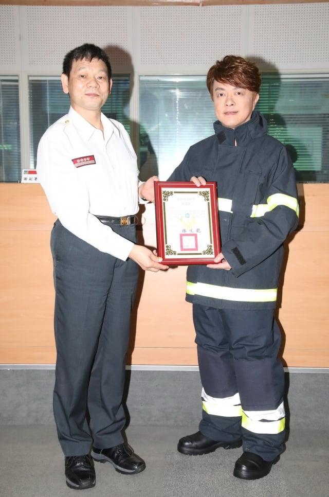 翁立友接受消防署長陳文龍贈予「感謝狀」(豪記唱片提供)