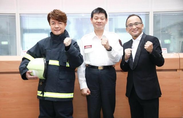 左起翁立友消防署長陳文龍製作人孔鏘