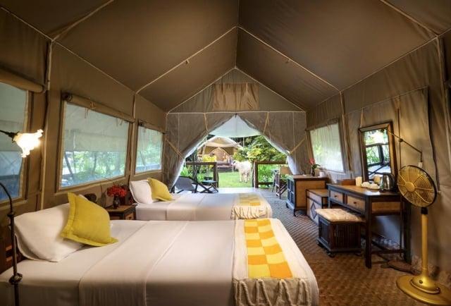 泰國帳篷酒店內有床鋪、冷氣、衛浴設備等,堪稱帳篷界五星級。(東南旅遊提供)