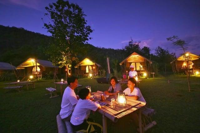 營火燒烤BBQ,猶如森林中野營生活。(東南旅遊提供)
