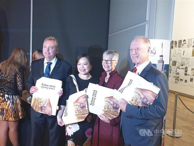 外交部雪梨辦事處與琥珀帆布聯名訂製帆布包,受到澳洲官員、民眾喜愛。雪梨辦事處處長王雪虹(右三)(琥珀帆布提供)