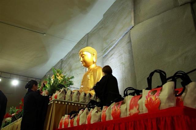 法鼓山農禪寺與琥珀帆布聯名訂製大量麻布手提包作為獻禮包裝。(琥珀帆布提供)
