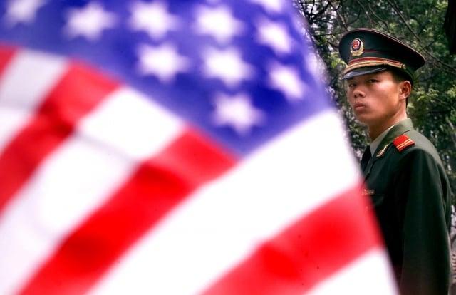 分析認為,隨著美國越來越重視中共的威脅,「新冷戰」或許已經展開。圖為中共軍警在美國駐北京使館前。(Getty Images)