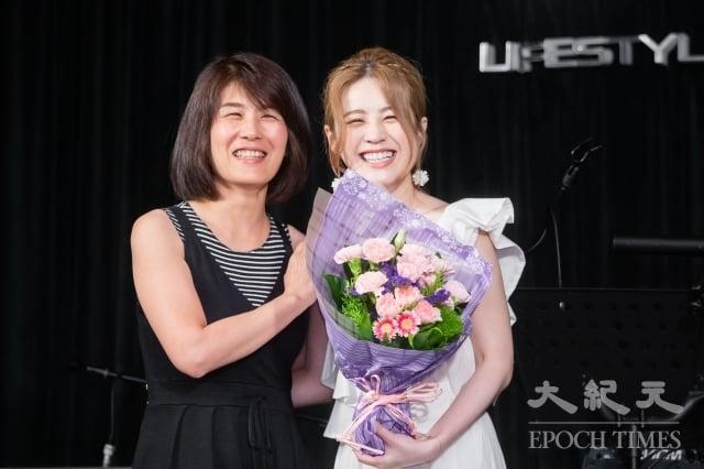 歌手張語噥(Sammy)13日舉辦新歌《翅膀》發表記者會,媽媽到現場給她驚喜。(記者陳柏州/攝影)