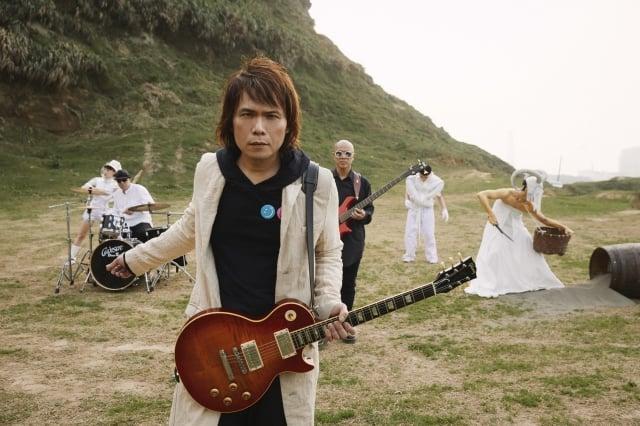 睽違6年,伍佰(前)的全國語專輯將在今夏推出。(環球國際唱片提供)