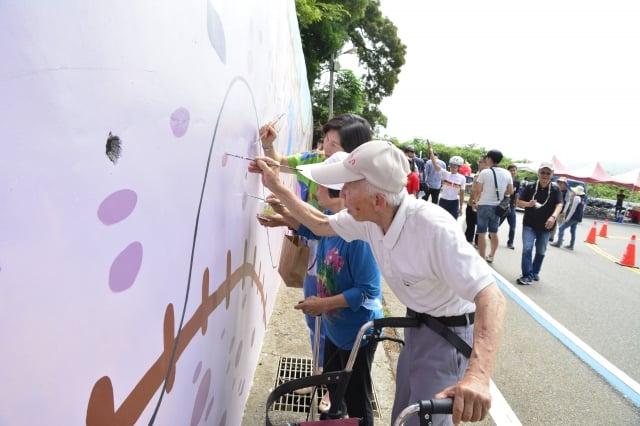 「揪愛鐵砧山童樂繪」公益活動,也邀請大甲在地松柏園長者來參與彩繪。