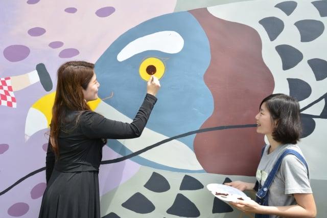 觀光旅遊局長林筱淇為超萌巨大版「灰面鵟鷹」點上眼睛。