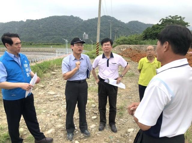立委陳學聖(左)請桃園市環保局針對廢土做檢驗,是否有污染之虞!(立委陳學聖提供)