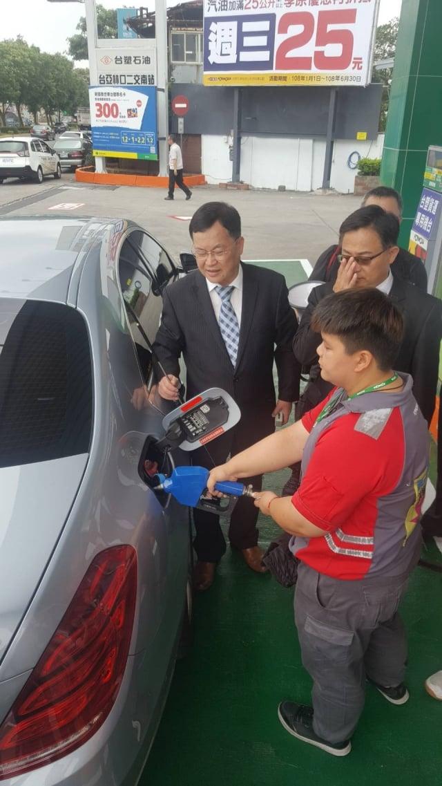 環保署空保處長吳盛忠說明,柴油車添加尿素水的情形。(攝影/耿豫仙)