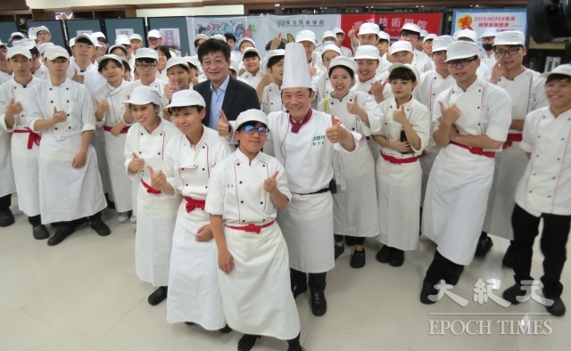 名廚阿基師(本名鄭衍基)(中右)、南亞技術學院校長簡仁德(中左)對廚藝系三、四年級共150份作品給於肯定。(記者徐乃義/攝影)