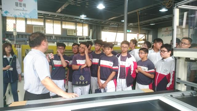 健行科大電機系教授江青瓚為治平高中學生講授太陽光電相關知識。(健行科大提供)