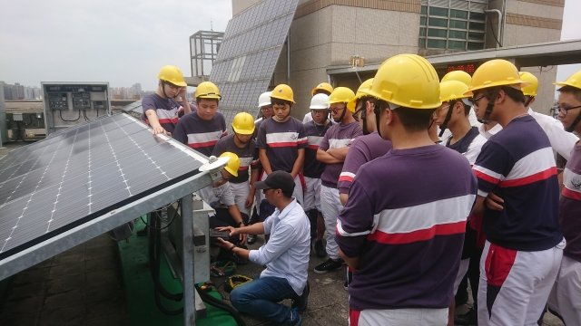 健行科大電機系教授葉官俤為治平高中學生講授太陽光電相關知識。
