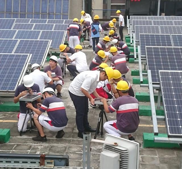桃園巿治平高中學生在健行科大太陽光電基地現場實作。
