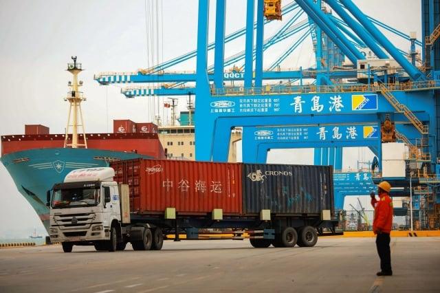 美中貿易戰加劇,華盛頓計畫提高所有中國商品的關稅,加大對北京的壓力,以反制其不公平貿易行為。面對美方施壓,中共幾無避免自傷的反擊選項。圖為青島一港口。(STR/AFP/Getty Images)