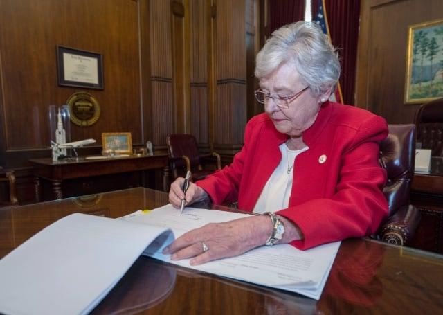 美國阿拉巴馬州州長艾維5月15日簽署禁止墮胎法案。(艾維推特)