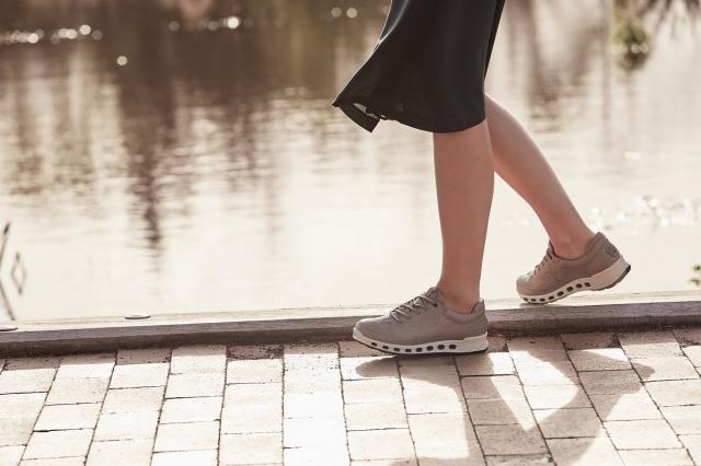 雨季備妥具有防水,透氣功能的鞋款。(品牌提供)