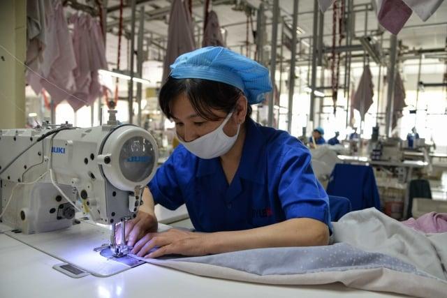 美中貿易戰延燒,台灣企業轉單效應不一,紡織業訂單增加三至五成,鋼鐵、機械工業則萎縮兩成。圖為示意照。(AFP)