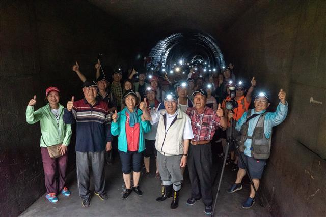 桃園農田水利會百周年慶,第一個活動「大圳隧道健行」在會長黃金春(前排中)與民共同參與下圓滿成功。透過一系列的活動,讓民眾一同回顧水利建設的歷程及埤塘文化。(桃園農田水利會提供)