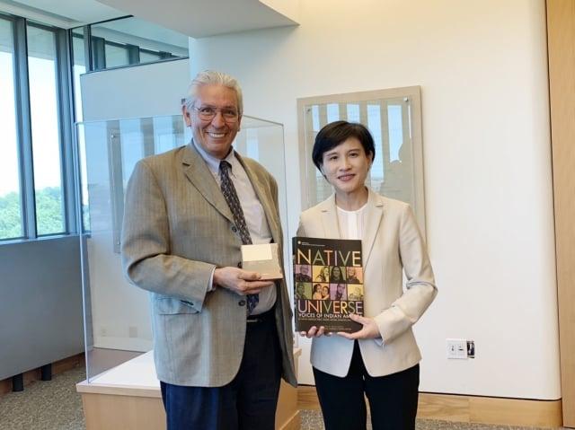 文化部長鄭麗君與美國印第安人博物館館長Kevin Gover(左)合影。(文化部提供)