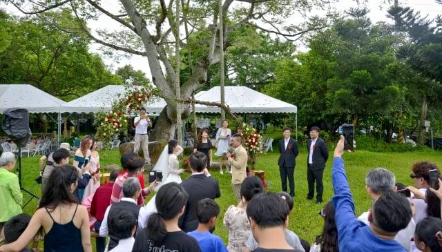 溫馨的草地婚宴。(攝影/賴瑞)