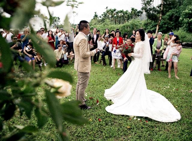 新郎賴政勳、新娘李怡萱在在彰化大丘園休閒農場的草地上,舉行一場別具意義的婚宴。
