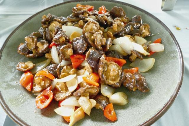 把香菇炸熟後撈起,瀝去多餘的油,再起鍋放入洋蔥爆香,再入紅黃彩椒片拌炒,最後放入炸好的香菇,加入少許醬油燴炒,即成「宮保香菇」。