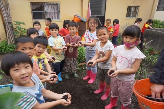 台中市圳堵國小附設幼兒園在社區開闢菜園。(圳堵國小提供)