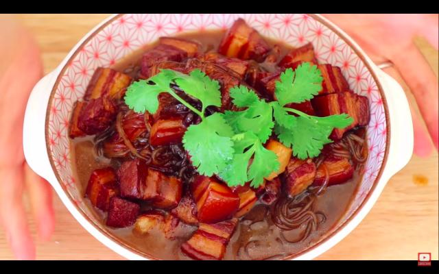 「四豬肉燉粉條」是東北的名菜,五花肉油而不膩,入口即化,非常好吃。(攝影/Cici)