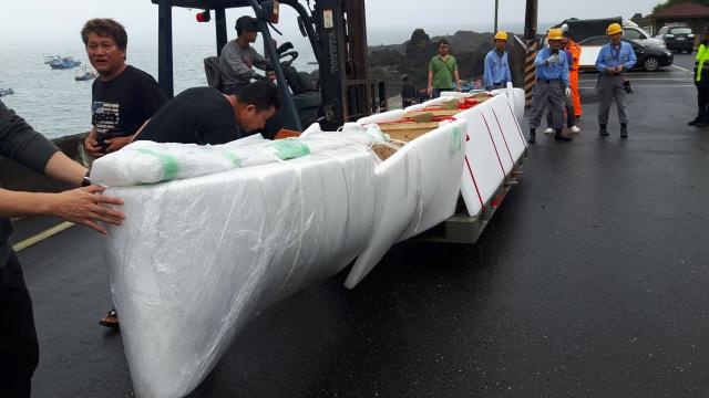 日本模擬舊石器工具實驗製成的獨木舟,船身長7.6公尺、寬0.7公尺、高0.6公尺,可乘坐5人,舟身重量約350公斤。