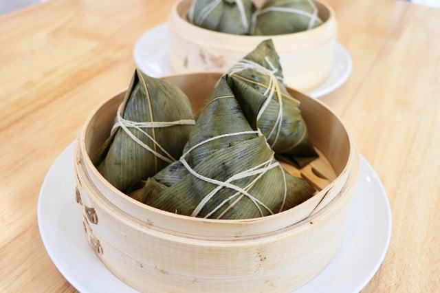 台灣粽,與江浙一帶類似,用麻竹葉或桂竹葉包裹內餡,做出錐立四角形狀, 再以棉繩固定。(美食天堂提供)