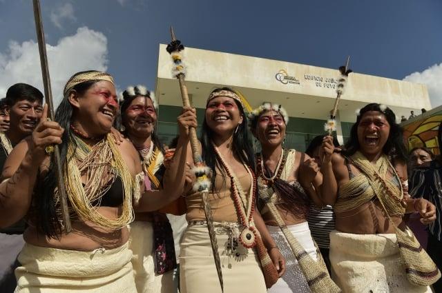 2019年4月16日,訴訟原告、也是「帕斯塔薩省瓦拉尼族組織」主席的Nemonte Nenquimo(中)和瓦拉尼族人一起慶祝告贏政府。(RODRIGO BUENDIA/AFP/Getty Images)