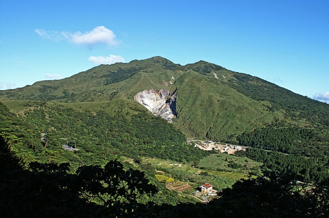 台灣中研院研究團隊長期監測發現,大屯山每個月偵測到的地震約150個左右,火山心跳是每天有70、80下,但不是一直都有。圖為大屯火山群最高峰七星山。(peellden, CC BY-SA 3.0/維基共享資源)