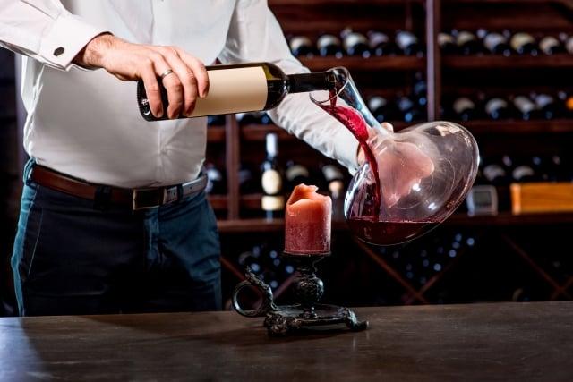 法國飲食文化中,葡萄酒是不可或缺的元素之一,然而許多人聽聞葡萄酒,心中總浮現深奧的距離感。(123RF)