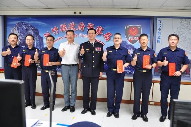 警察之友會常務理事唐斯淮(左4)致贈端午節慰問金,感謝員警辛勞。(記者賴月貴/攝影)