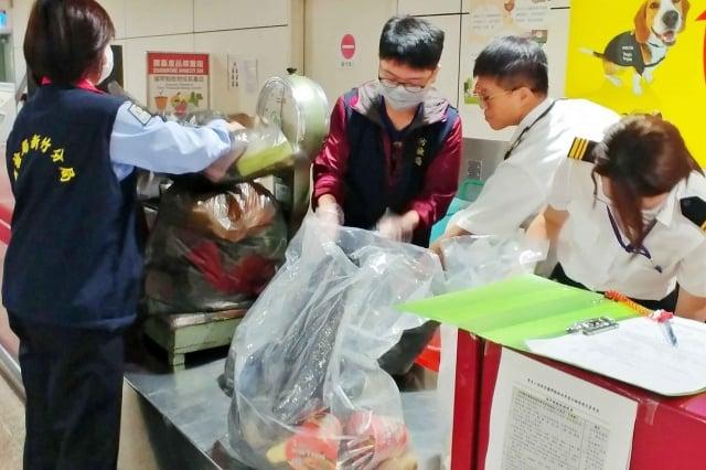 農委會防檢局31日凌晨起,針對來自韓國班機旅客全面進行手提行李X光機檢查。(中央社)