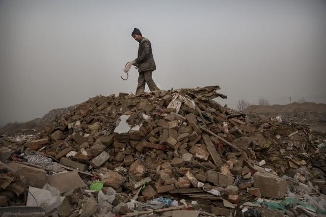 在許多情況下,毒灰與普通垃圾一起傾倒在垃圾填埋場,沒有任何監督或適當的符號標識。圖為中國的垃圾掩埋場一景。(Getty Images)