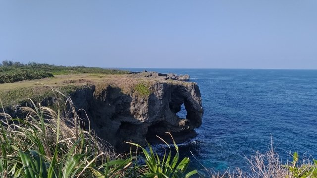 沖繩的萬座毛,面對東海,矗立在海岸的峭壁上,像是大象鼻子形狀的石頭。(楊子樊提供)