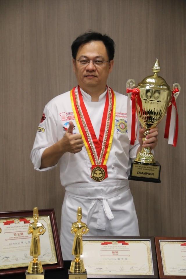 弘光科大餐旅系老師鄭錦慶奪得「2019年馬來西亞世界名廚菁英賽」最高分,為國爭光。(弘光科大提供)