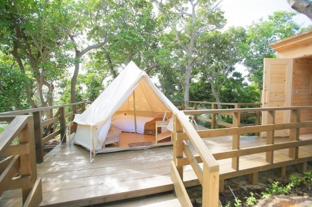 日本度假村的豪華露營,鄰近海灘。(業者提供)