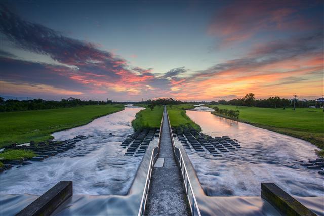 安農溪分洪堰壯闊美景,親臨現場才能體會的震撼感。(石世民提供)