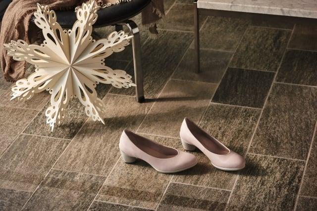 舒適好走的粉嫩跟鞋為OL的好夥伴。