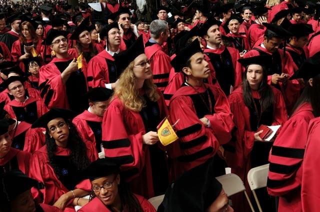 哈佛大學等美國名校關閉了全日制工商管理碩士學位課程。圖為哈佛大學畢業生。(Getty Images)