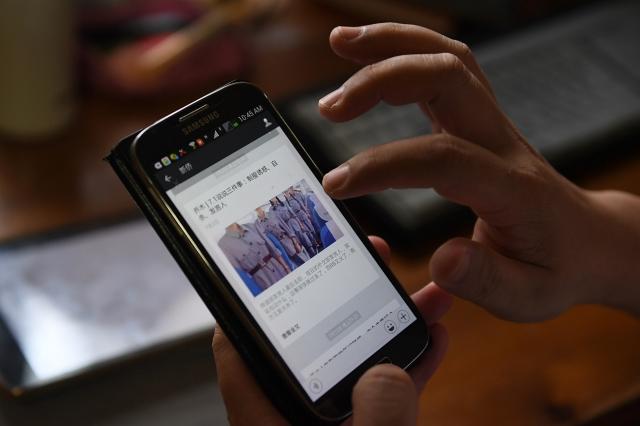 一名中國青少年撰文揭露中共的防火牆,並稱中國年輕人不想再被中共愚弄,呼籲各國伸出援手,幫助他們獲得訊息自由權利。(GREG BAKER/AFP)