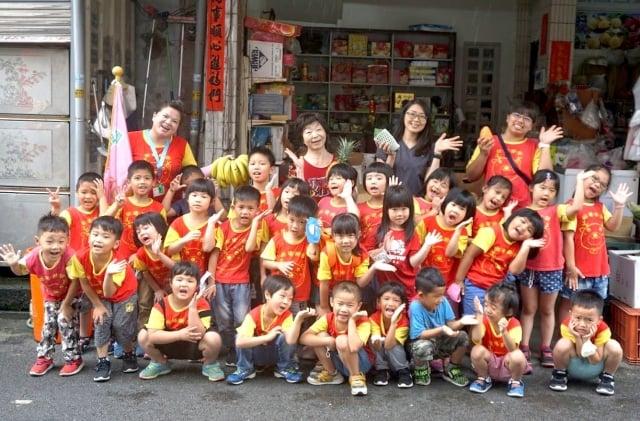 圳堵國小附設幼兒園孩子拜訪擁有七十餘年歷史四代傳承的老菜攤,學習蔬菜販賣的技巧。